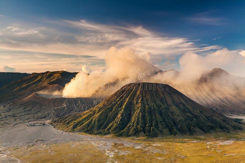 Zonsopgang bij de vulkaan van Onderstelbromo, de prachtige mening stock afbeeldingen