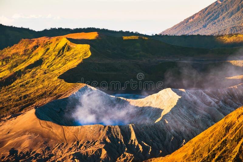 Zonsopgang bij de vulkaan van Onderstelbromo, de prachtige mening van MT Brom stock fotografie