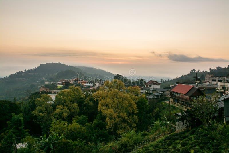 Zonsopgang bij dorp op hoge berg, Doi Mae Salong, Thailand stock afbeelding