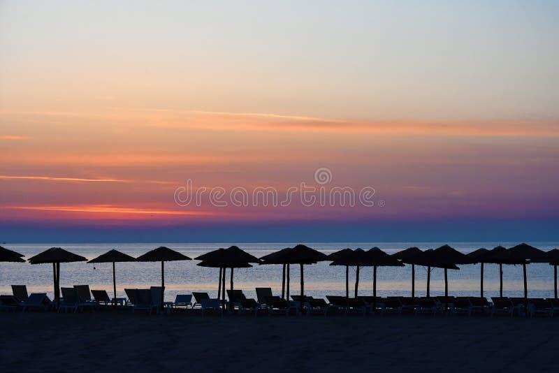 Download Zonsopgang Bij Een Strand In Katerini, Griekenland Stock Afbeelding - Afbeelding bestaande uit avond, parasols: 114225267