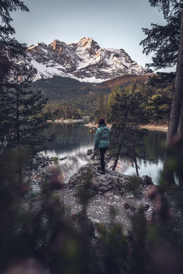 Zonsopgang bij het bergmeer Eibsee stock fotografie