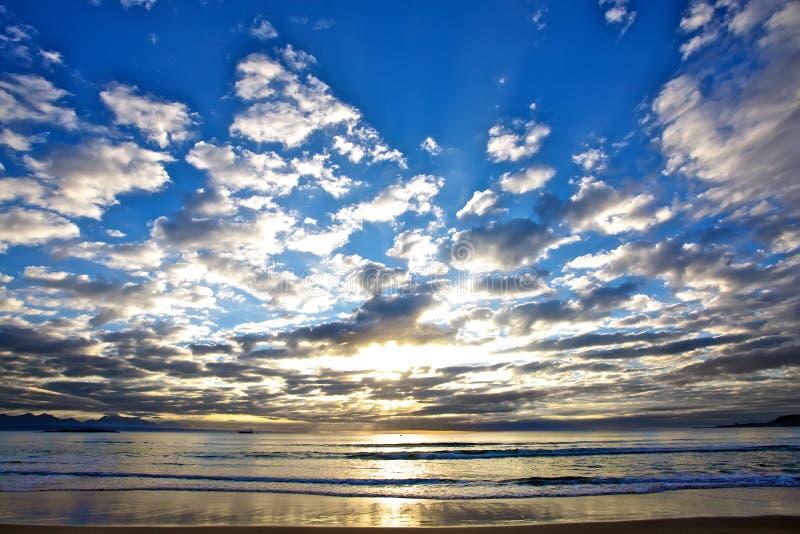 Zonsopgang bij het strand. royalty-vrije stock afbeelding
