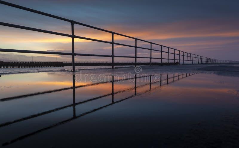 Zonsopgang bij het Westenpijler van Swansea royalty-vrije stock fotografie