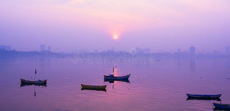 Zonsopgang bij mumbai stock afbeeldingen