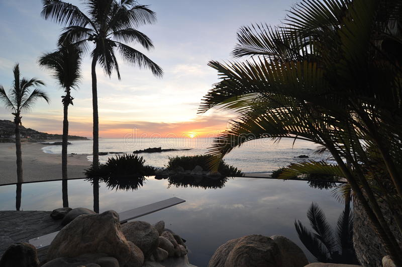 Zonsopgang bij Pool in Los Cabos Mexico stock afbeeldingen
