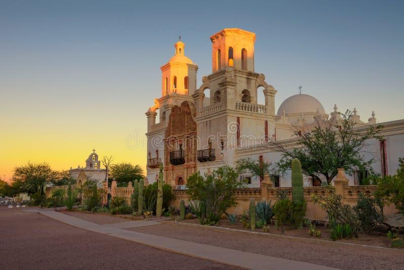 Zonsopgang bij San Xavier Mission Church in Tucson stock afbeelding