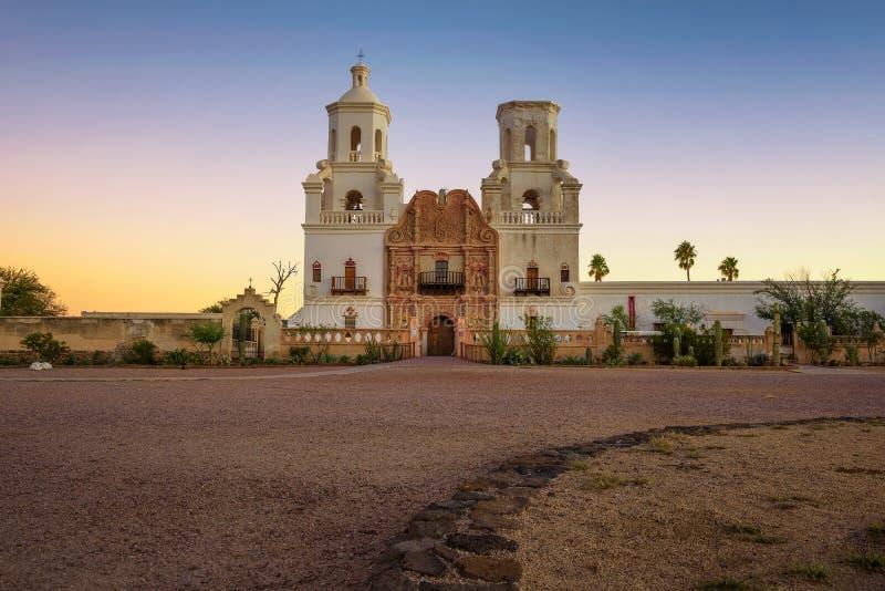 Zonsopgang bij San Xavier Mission Church in Tucson stock afbeeldingen