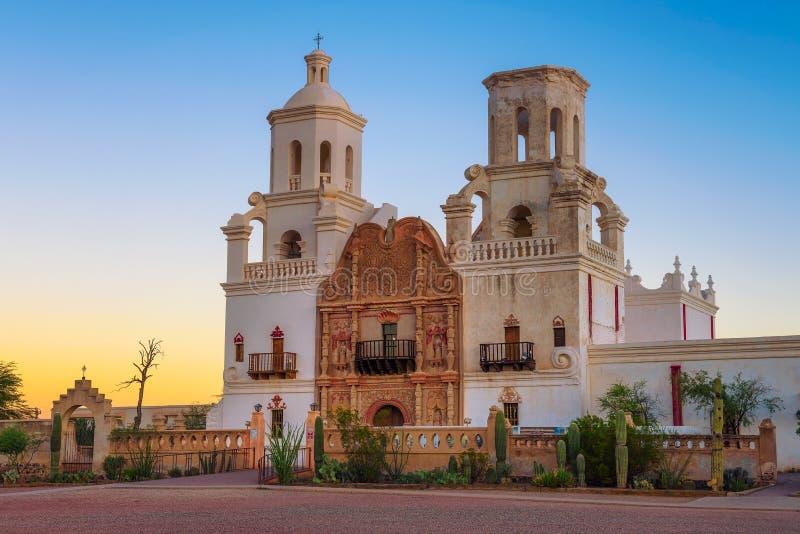 Zonsopgang bij San Xavier Mission Church in Tucson stock foto