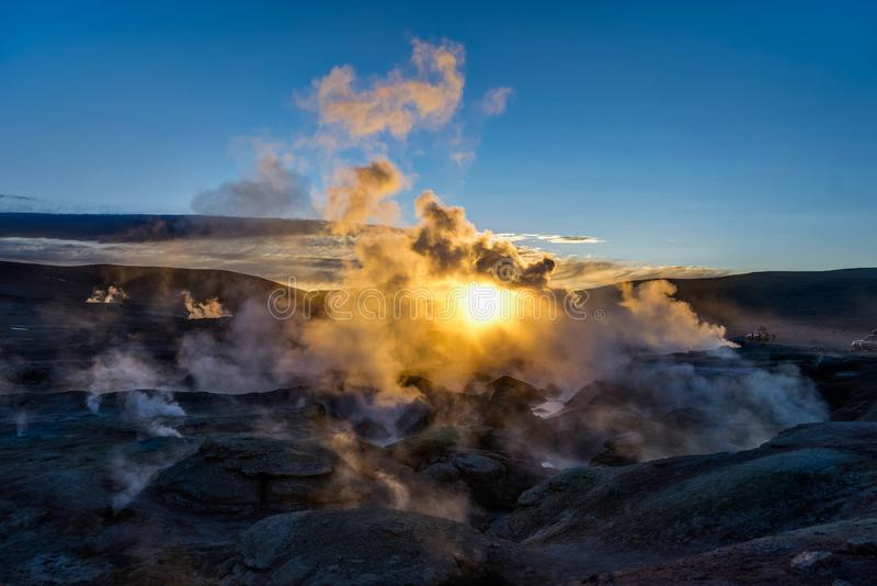 Zonsopgang bij Sol de Manana Geothermal Active-gebied Altiplano Bolivi stock foto