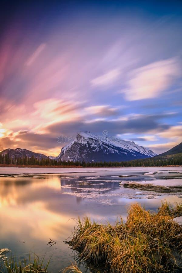 Zonsopgang bij Vermiljoenenmeer, het Nationale Park van Banff royalty-vrije stock afbeelding