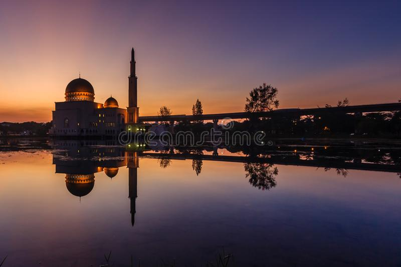 Zonsopgang bij zoals-salam-als moskee puchong, Maleisië royalty-vrije stock foto