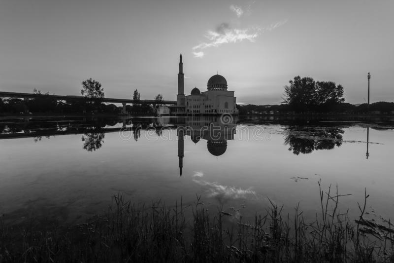 Zonsopgang bij zoals-salam-als moskee puchong, Maleisië stock foto's