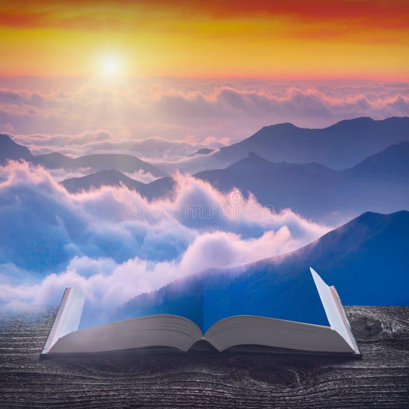 Zonsopgang boven de mistige bergen op de pagina's van boek royalty-vrije stock afbeeldingen
