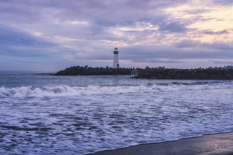 Zonsopgang boven Santa Cruz Breakwater Lighthouse stock afbeelding