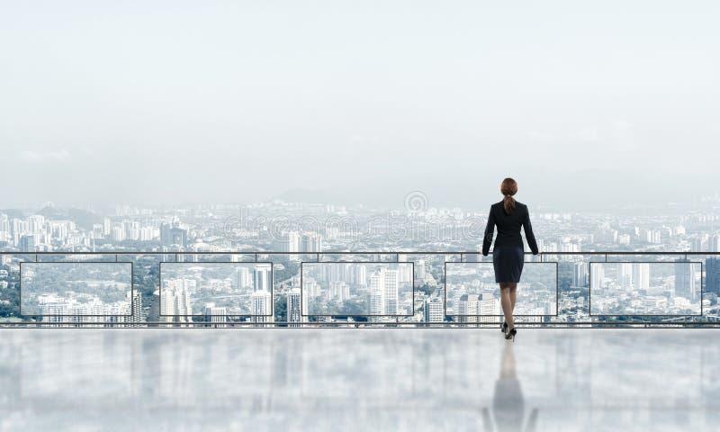 Zonsopgang boven wolkenkrabbers en onderneemster die nieuwe dag onder ogen zien royalty-vrije stock afbeelding