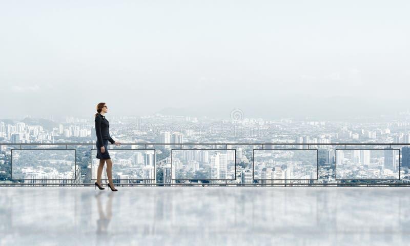 Zonsopgang boven wolkenkrabbers en onderneemster die nieuwe dag onder ogen zien royalty-vrije stock fotografie