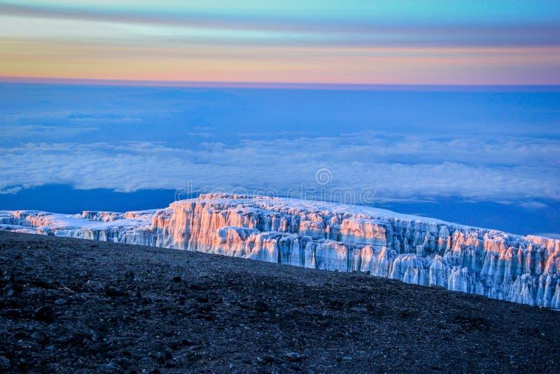 Zonsopgang bovenop Onderstel Kilimanjaro stock afbeeldingen
