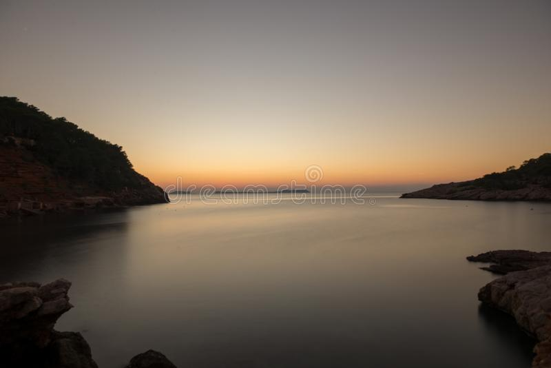 Zonsopgang in Cala Sa Punta in Ibiza stock foto's