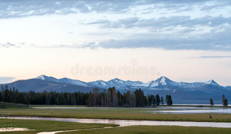 Zonsopgang Dawn over Pelikaankreek en Yellowstone-Meer in het Nationale Park van Yellowstone in Wyoming royalty-vrije stock afbeelding