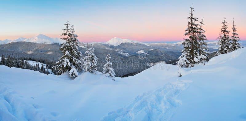 Zonsopgang in de bergen in de winter royalty-vrije stock afbeelding