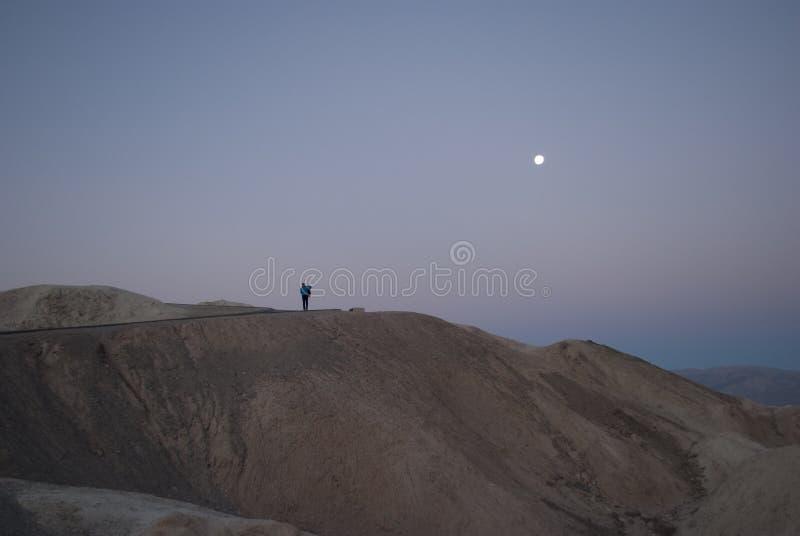 Zonsopgang in de bergen met een menselijk cijfer in de afstand stock fotografie