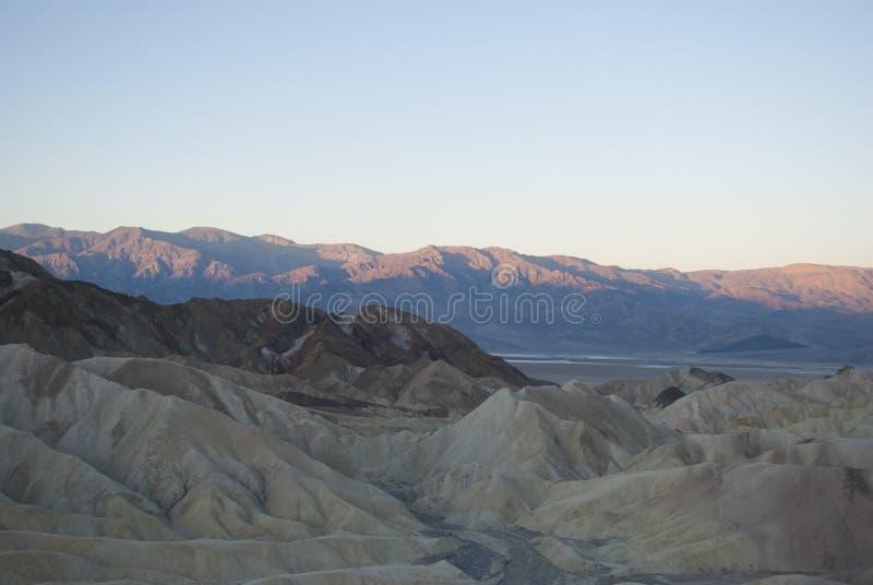 Zonsopgang in de bergen van de woestijn stock afbeeldingen