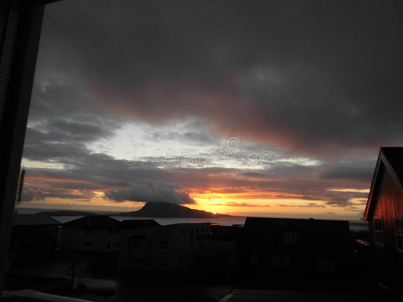 zonsopgang in de Faeröer stock afbeeldingen