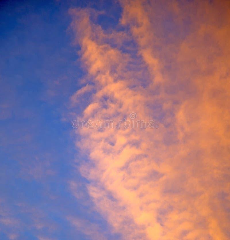 Zonsopgang in de gekleurde hemel witte zachte wolken en de samenvatting backgr royalty-vrije stock foto's