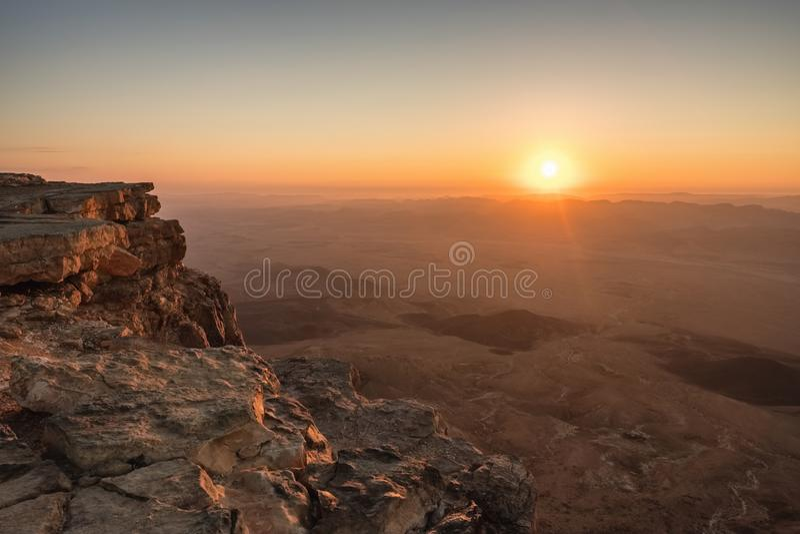 Zonsopgang in de Negev-woestijn Makhtesh Ramon Crater in Isra?l stock afbeeldingen