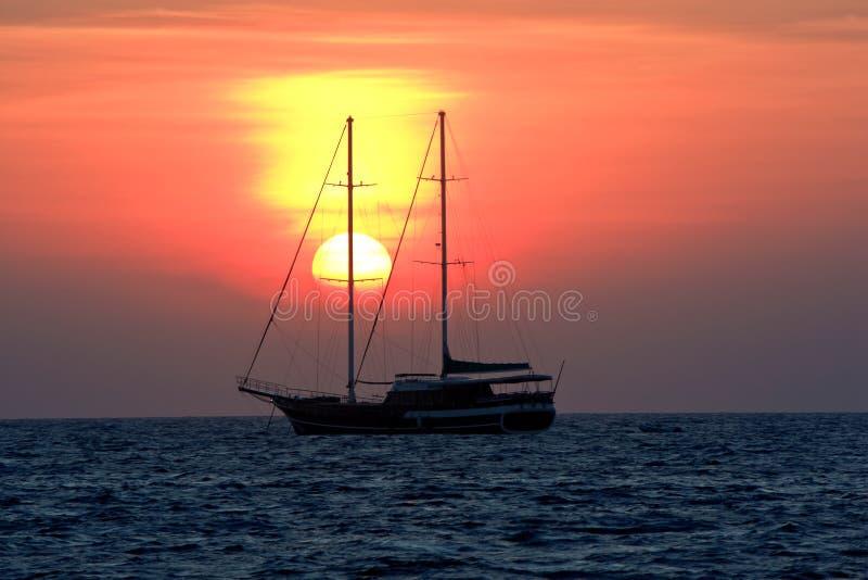 Zonsopgang in de oceaan stock foto