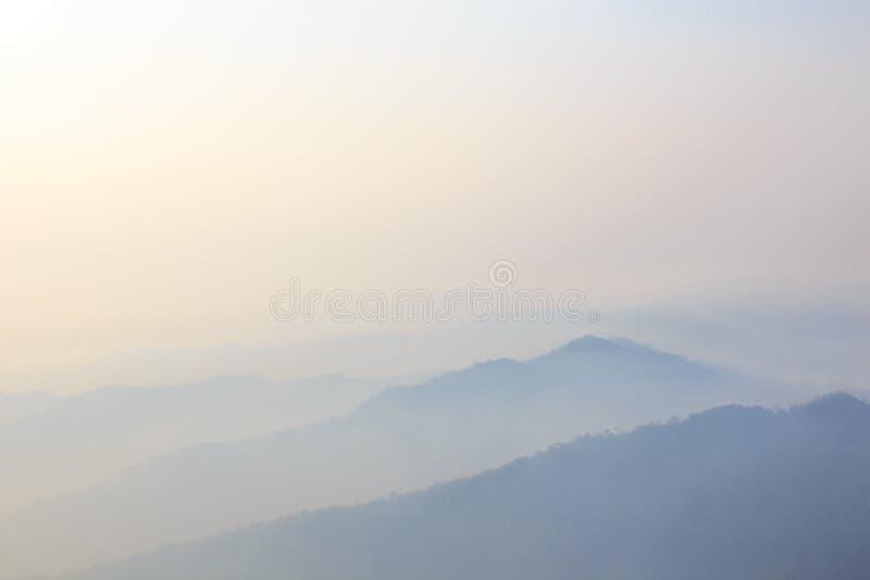 Zonsopgang in de Winterbergen, Nevelig dromerig landschap stock afbeeldingen