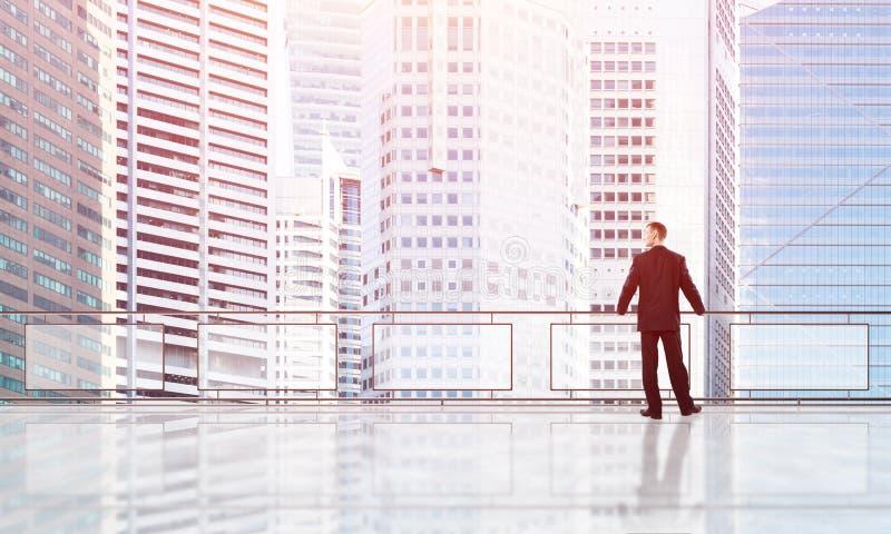 Zonsopgang die boven wolkenkrabbers en zakenman nieuwe dag onder ogen zien stock afbeeldingen