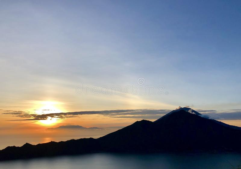 Zonsopgang die de vulkaan overzien stock fotografie