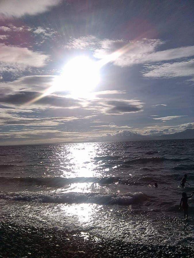 Zonsopgang door het strand stock afbeelding