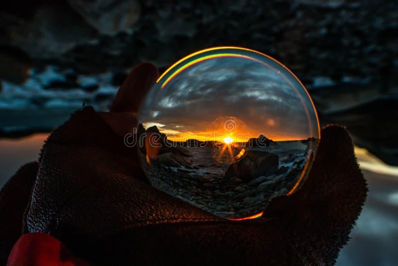Zonsopgang in Eftang, Larvik, Noorwegen in kristallen bol stock afbeelding