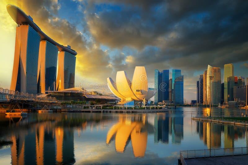 Zonsopgang en brug in de Stad van Singapore met panoramamening royalty-vrije stock afbeeldingen