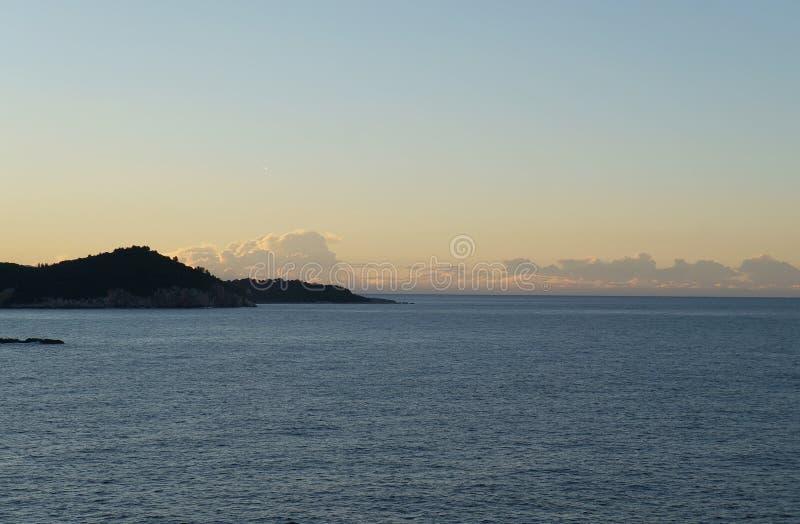 Zonsopgang en eerste zonnestralen op Adriatische overzees dichtbij Dubrovnik royalty-vrije stock fotografie