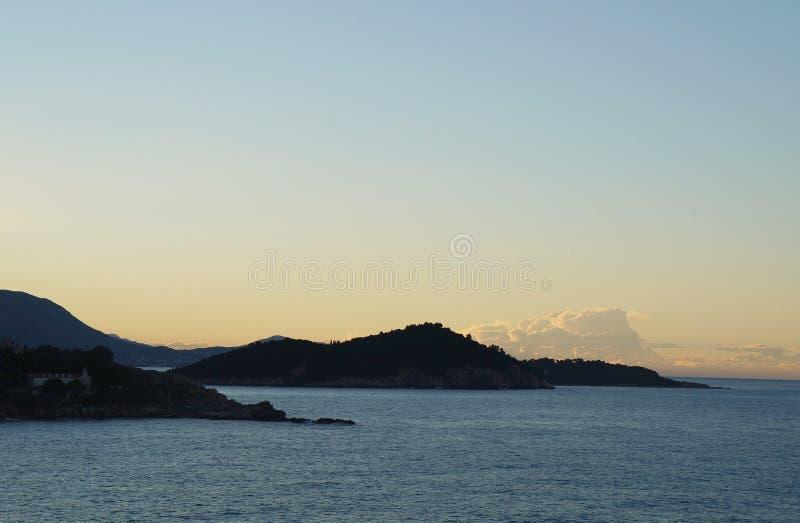 Zonsopgang en eerste zonnestralen op Adriatische overzees dichtbij Dubrovnik stock foto