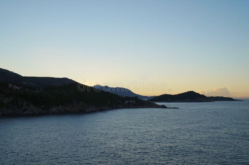 Zonsopgang en eerste zonnestralen op Adriatische overzees dichtbij Dubrovnik stock foto's