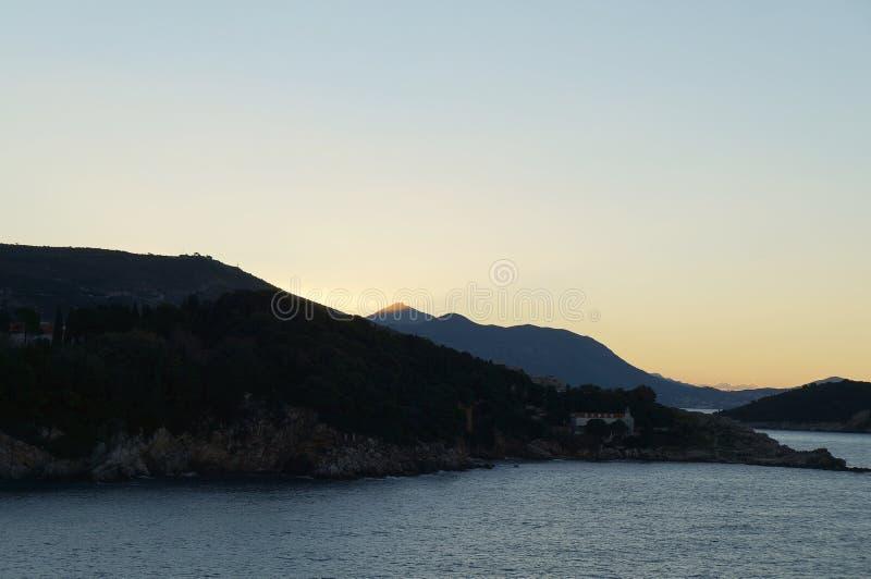 Zonsopgang en eerste zonnestralen op Adriatische overzees dichtbij Dubrovnik stock afbeeldingen