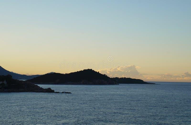 Zonsopgang en eerste zonnestralen op Adriatische overzees dichtbij Dubrovnik royalty-vrije stock foto