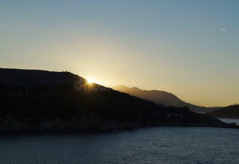 Zonsopgang en eerste zonnestralen op Adriatische overzees dichtbij Dubrovnik royalty-vrije stock afbeelding
