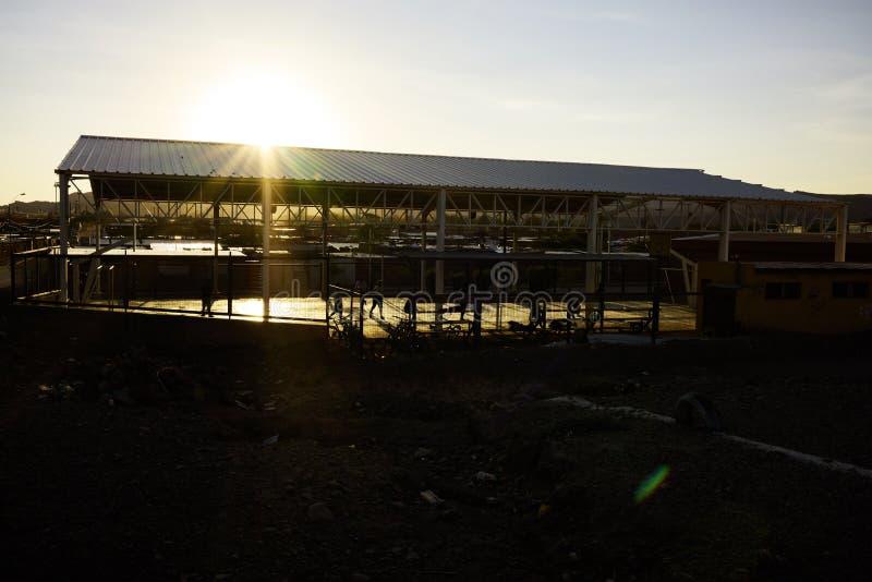 Zonsopgang en Sporthof in Calama Chili stock afbeeldingen