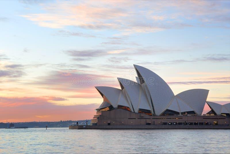 Zonsopgang en Sydney Opera House stock foto