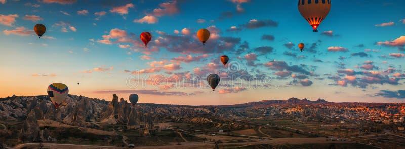 Zonsopgang en vliegende hete luchtballons over de vallei Cappadocia, royalty-vrije stock foto's
