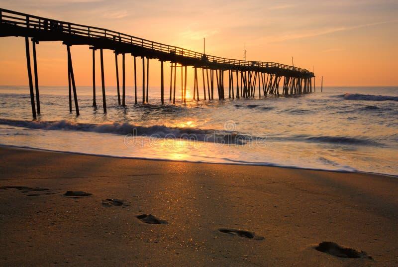 Zonsopgang en voetafdrukken op de Buitenbanken, Noord-Carolina stock fotografie
