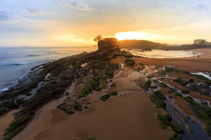 Zonsopgang in het Camello-strand, Santander stock afbeeldingen