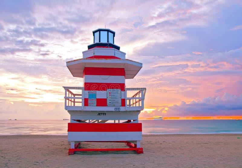 Zonsopgang in het Strand Florida van Miami, met een kleurrijke badmeesterhous royalty-vrije stock foto