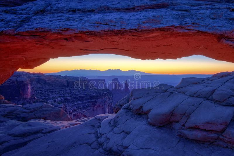 Zonsopgang in iconisch Mesa Arch in het Nationale Park van Canyonlands royalty-vrije stock fotografie
