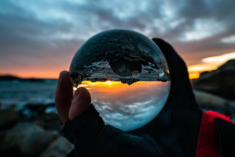 Zonsopgang in kristallen bol, Eftang, Larvik, Noorwegen stock afbeelding
